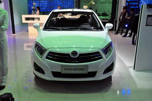 轿车,动力方面搭载了华晨汽自主研发的1.5l发动机.   汽车高清图片